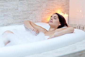 Obraz Beautiful woman relaxing in the bathroom  - fototapety do salonu