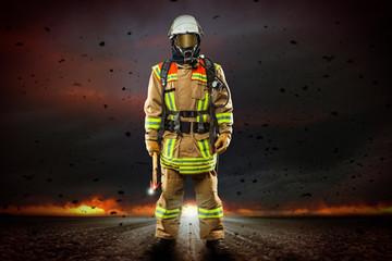 Feuerwehrmann vor brennendem Horizont