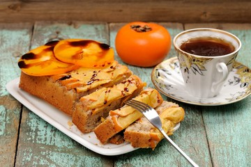 Photo : Tasty persimmon cake with fresh persimmon slices