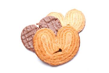 biscuits au chocolat en forme de coeur sur fond blanc
