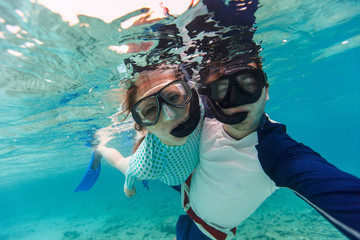 Fototapete - Couple snorkeling