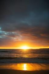 Sonnenaufgang am Strand auf Oahu, Hawaii