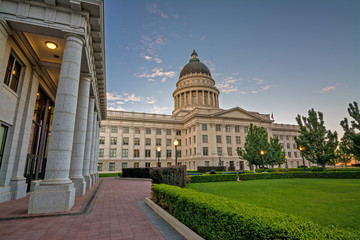 Fototapete - Utah state capital and courthouse on the hill
