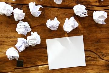 papier zerknuellt auf holztisch II