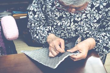 裁縫をしている高齢の女性,日本人