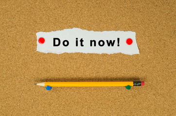 Do it now text note message pin on bulletin board