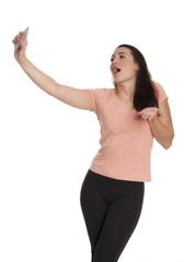 Junge Frau singt laut und macht ein Selfie
