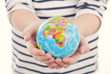 main fillette 4 ans tenant petite balle en forme de Terre