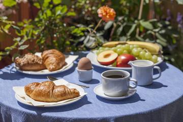 Frühstückstisch auf Balkon im Sommer