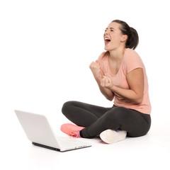 Frau am Laptop ist ausser sich vor Freude