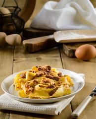 Pasta italiana, pappardelle con ragù di carne, fuoco selettivo