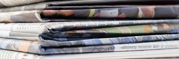 Stapel alter Tageszeitungen