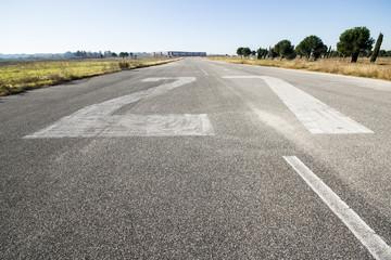 Pista di atterraggio di un aeroporto abbandonato