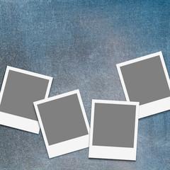 Leere Bildrahmen auf blauem Hintergrund im Grunge Style zum Einfügen eigener Bilder Platzhalter, Mock-up, Sofortbild, Vorlage, Template, präsentieren