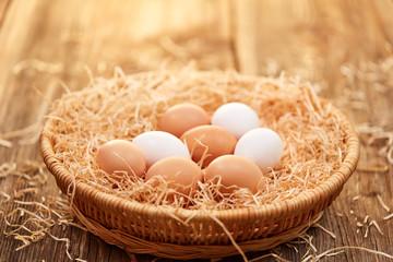 Osterkorb mit Eiern im goldenen Sonnenlicht