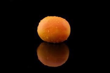 eine grapefruit mit wassertropfen auf schwarz