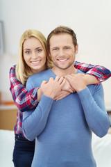 lachendes junges paar umarmt sich