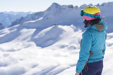 Skifahrer blickt in die Ferne