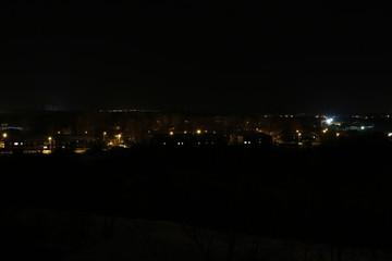 Огни далекого города в полной темноте ночью