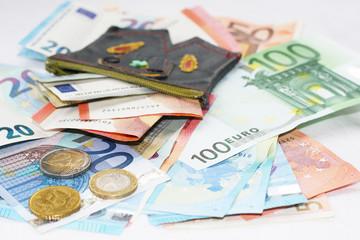 Taschengeld, Bargeld, Geldscheine und Münzgeld mit einer kleinen Geldbörse, Lederhose