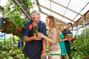 Kunden und Verkäufer in Gärtnerei