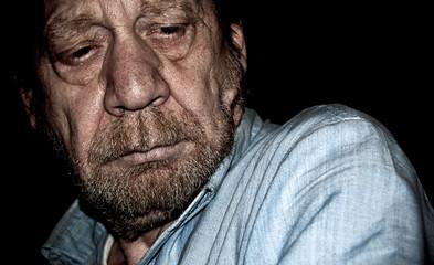 uomo anziano, pensieroso, preoccupato