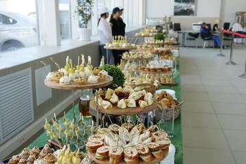 Фуршет - стол и блюда с закусками
