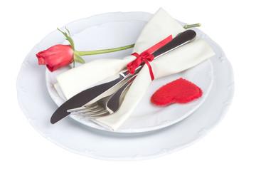 Herz auf dem Teller mit Messer und Gabel