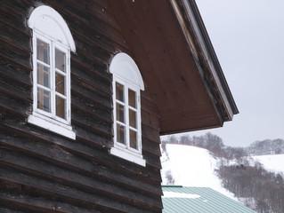 白いアーチ型窓の家