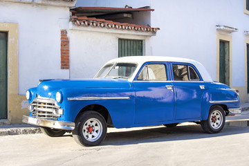 Türaufkleber Autos aus Kuba Kuba, Havanna, nahe Malecon: Schöner blauer US-amerikanischer Oldtimer mit weißem Dach parkt im Zentrum der kubanischen Hauptstadt