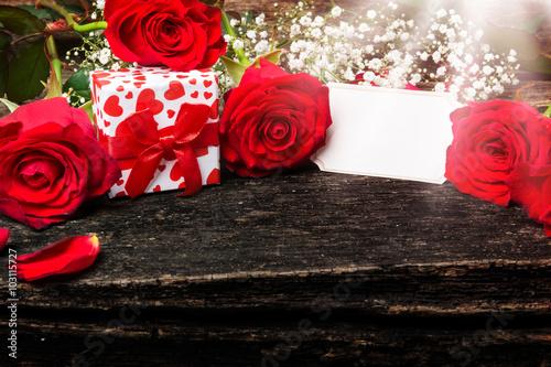 rote rosen geschenk gru karte stockfotos und lizenzfreie bilder auf bild 103115727. Black Bedroom Furniture Sets. Home Design Ideas