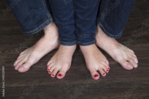 Мужики топчут босыми ногами