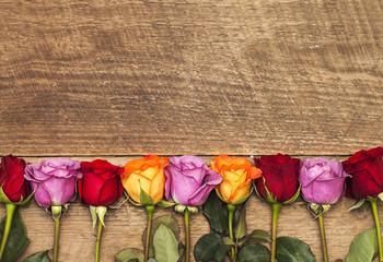 Kleurrijke rozen op houten achtergrond