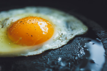 Fond de hotte en verre imprimé Ouf fried egg on the pan