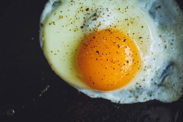 In de dag Gebakken Eieren fried egg on the pan
