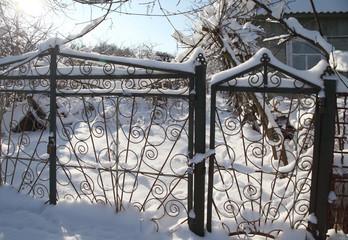 Красивый забор под снегом на даче