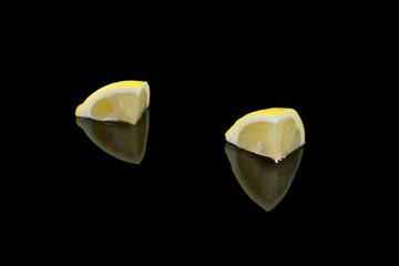 gelbe zitronen stücke auf schwarzen hintergrund