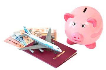 Reisepass mit Flugzeug und Sparschwein