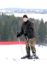 лыжник на холме