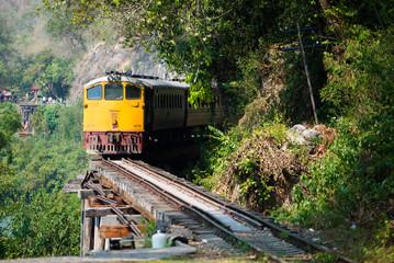 泰緬鉄道の桟道橋を渡る列車
