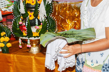 Women wearing white robes, holding a tray. Put a lotus leaf with hairline In the tradition of ordination