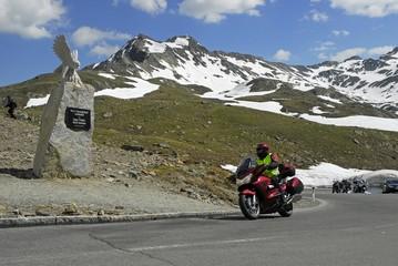 Wall Mural - Motorradfahrer am Timmelsjoch, Denkmal Pass, Tirol