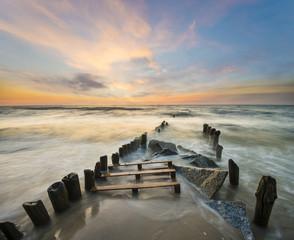 Morski pejzaż,fale rozbijające się o morski brzeg