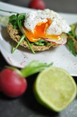 Pochiertes Ei mit Avocado und Radieschen auf Vollkorngebäck
