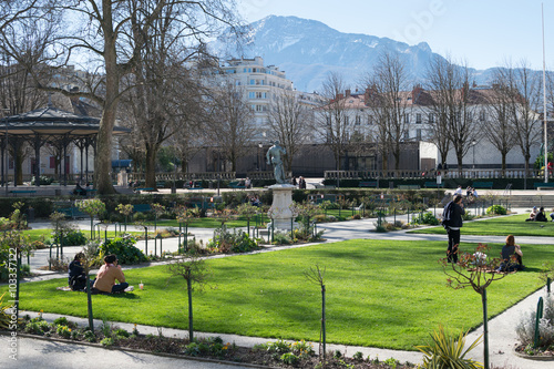 """""""Square, herbe et gens assis dans le Jardin de ville à Grenoble, lors d'un dimanche d'hiver ..."""