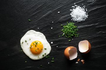 Gebratenes Hühnerei, Frühstück, Spiegelei, Schiefer