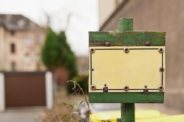 Leeres altes gelbes Schild mit vielen Schrauben befestigt