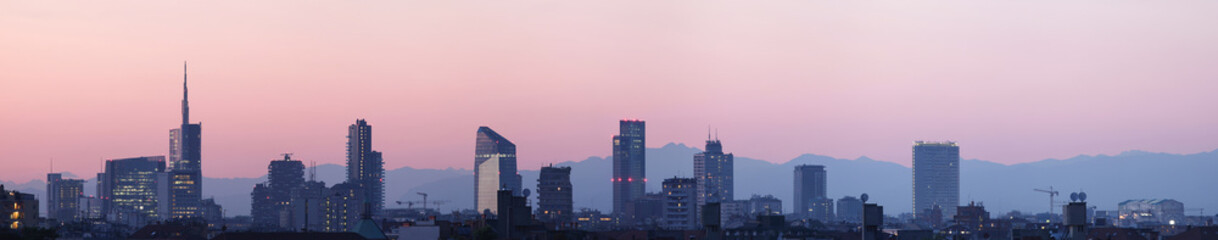 Foto auf Acrylglas Rosa hell Sky line Milano al tramonto