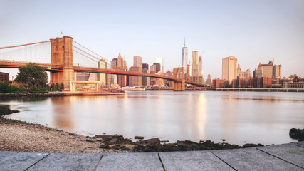 Poster Brooklyn Bridge Scenic sunset of New York City from riverbank