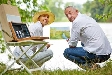 Paar Senioren beim Malen lernen in der Natur